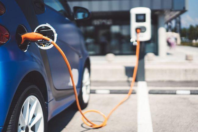 Mobil listrik tengah dilakukan pengecasan di stasiun pengecasan daya listrik