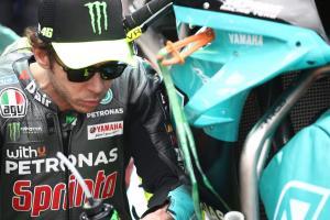 Valentino Rossi (Italia) harus pisah dengan Petronas Yamaha Srt dengan datangnya Aramco ke MotoGP? (Foto: therace)