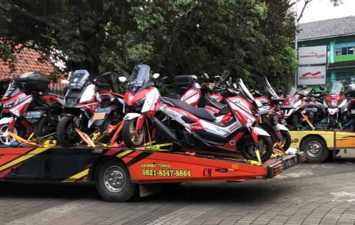 Motor peserta touring Legend Riders Club Expedisi O Km diangkut dengan dua towing ke Bukittinggi, Sumatera Barat