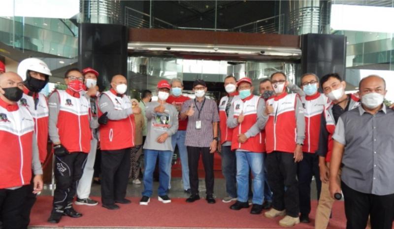 Peserta Legend Riders Club Expedisi 0 Km bersama mas Menparekraf Sandiaga Uno saat ceremonial start di kantor Kemenparekraf