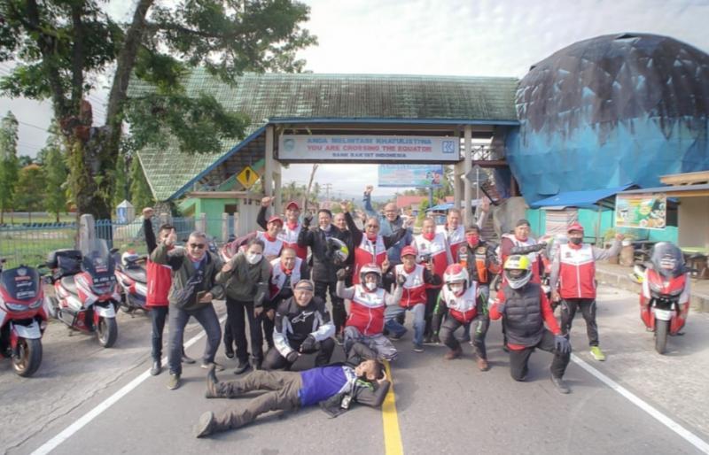 Legend Riders Club Expedisi 0 Km berhenti sejenak dan berpose di bawah penanda Bonjol Equator, Sumatera Barat