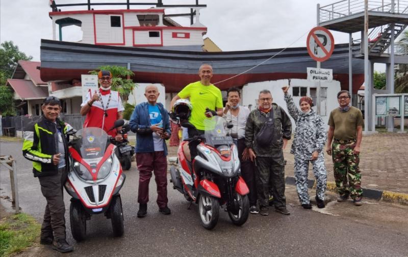 Sebagian peserta Legend Riders berfoto dengan latar belakang perahu bersejarah saat tsunami Aceh tahun 2004 lalu.