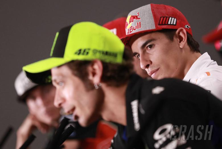Ekspresi Marc Marquez saat mendengarkan omongan Valentino Rossi dalam jumpa pers jelang GP Italia pekan ini. (Foto: crash)