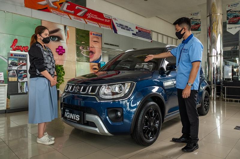 Konsumen melakukan pembelian mobil melalui Suzuki Finance dengan memberikan informasi detail soal mobil dan kredit