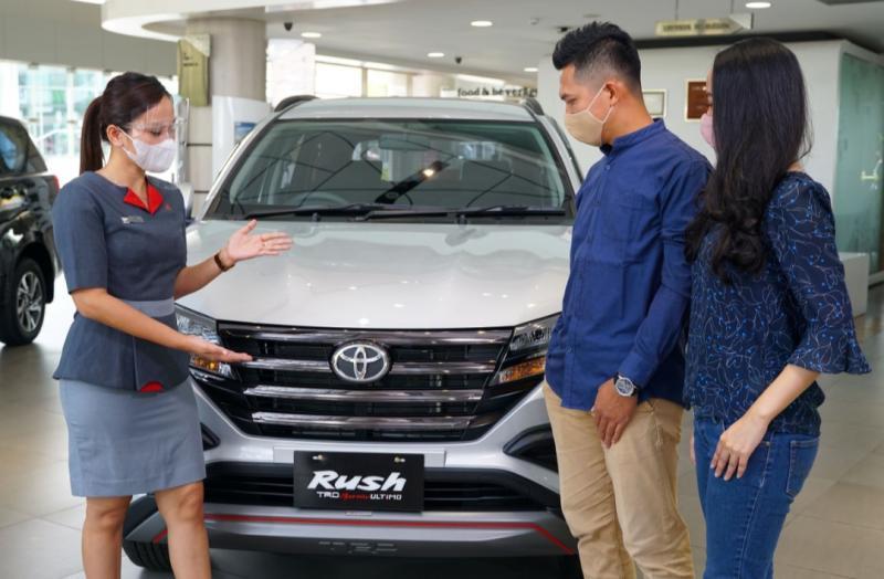 Counter Sales Auto2000 sedang melayani pembelian kendaraan Toyota