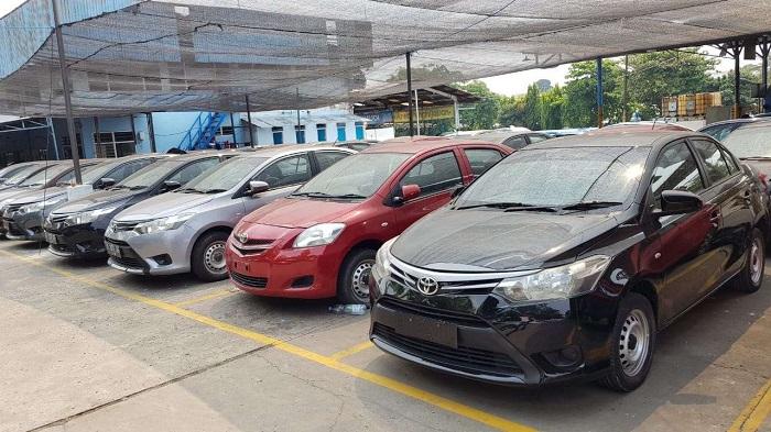Deretan unit berbagai jens mobil di sebuah lokasi penjualan mobil bekas di Jakarta