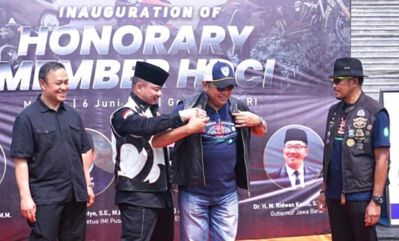 Ketua HDCI Irjen Pol Teddy Minahasa mengenakan jaket kepada Bamsoet inauguration of Honorary Member HDCI di Jakarta hari ini.