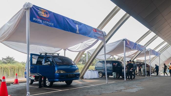 Deretan mobil member komunitas Daihatsu yang mengikuti program Rapid Service untuk kesehatan mobil mereka
