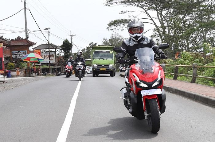 Test ride motor Honda ADV saat melewati truk yang memungkinkan pemotor ada di blind spot