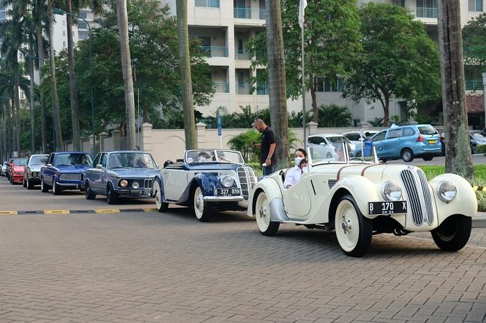 Deretan mobil klasik member BMWCCI Classic Register saat konvoi dari Senayan ke Bintaro dalam acara Meet Up and Charity Classic Register