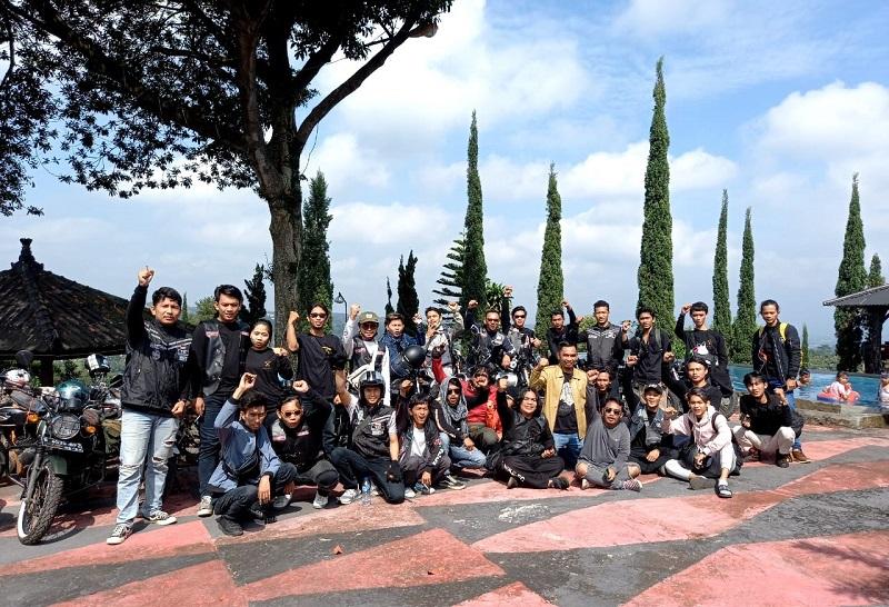 Kebersamaan member KRR MC Indonesia saat perayaan Anniversary ke-3 mereka di Mega Mendung, Bogor, Jawa Barat