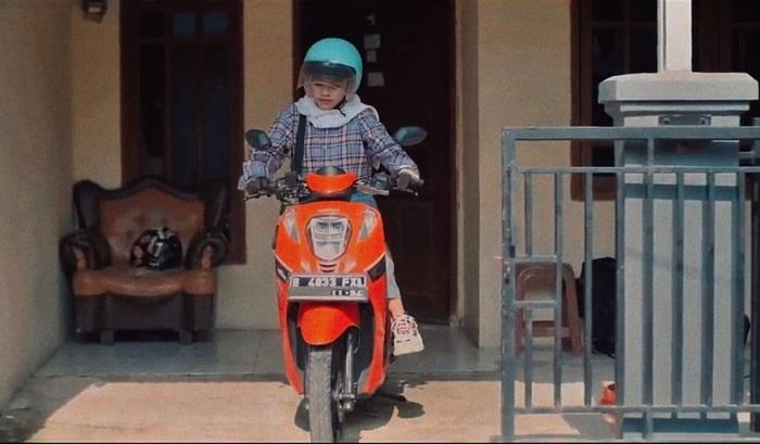 Seorang remaja siap melakukan perjalanan dengan menggunakan safety gear standar untuk keamanan