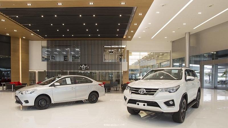 Display mobil Toyota di sebuah dealer resmi, penjualan merangkak naik