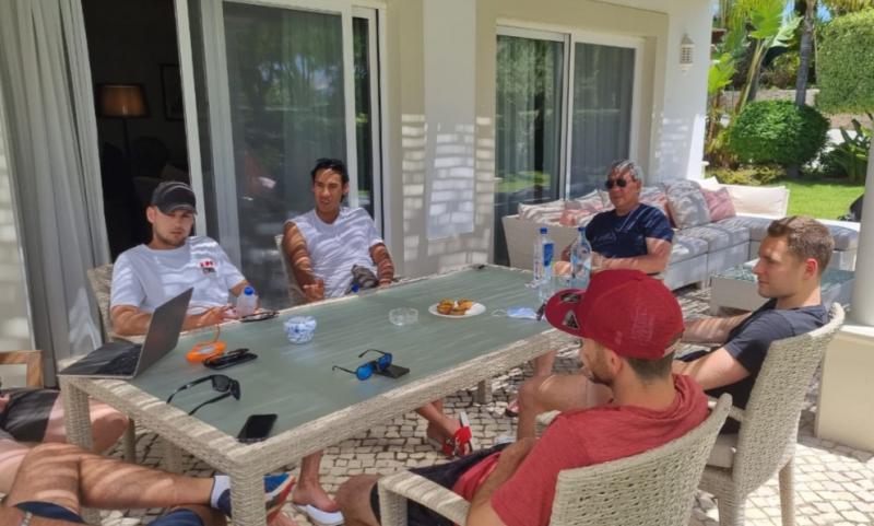 Usai nge-gym, Sean, Stoffel,Tom, Goerge (phisical trainer), Mattia ( manager), Joseph ( Mind coach) serta Ricardo Gelael bersiap lunch di Portimao, Portugal