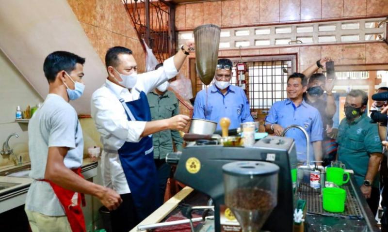 Bamsoet didampingi Ketua IMI Aceh Ibnu Rusdi tengah mencoba menjadi barista di kedai Kopi Solong Ulee Kareng Aceh, Kamis kemarin