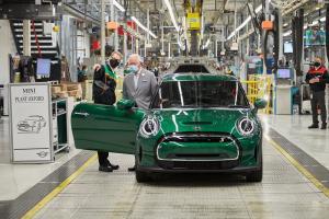 Pangeran Charles kunjungi pabrik Mini di Oxford untuk memberikan dukungan pengembangan mobil listrik