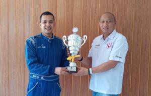Anondo Eko serahkan trofi juara umum kelas Master Honda Jazz Speed Challenge 2019 di pit Honda, Sentul International Circuit, Bogor hari ini
