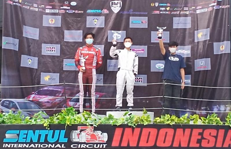 Akheela Chandra Dewanto (kiri) di podium juara 2 kelas Promotion ITCR 1500. (foto : bs)