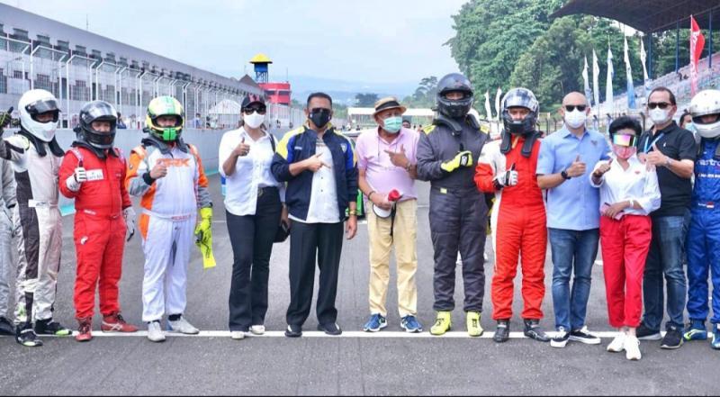 Bamsoet dan pengurus IMI Pusat bersama para perwakilan pembalap saat membuka putaran 2 ISSOM 2021 di Sentul International Circuit, Bogor hari ini