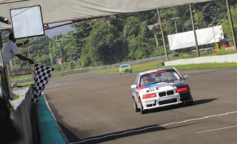 Mobil BMW yang digeber Victor Herryanto menembus finish line pertama BMWCCI OMR di sirkuit Sentul, Minggu (13/6/2021). (foto2 : ardian pradana)