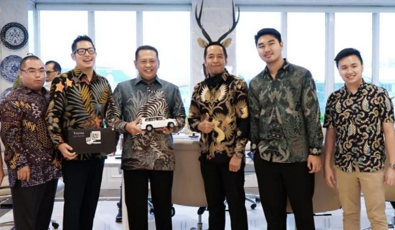 Bamsoet mendapat souvenir replika mobil Land Cruiser dari pengurus Land Cruiser Owners Indonesia