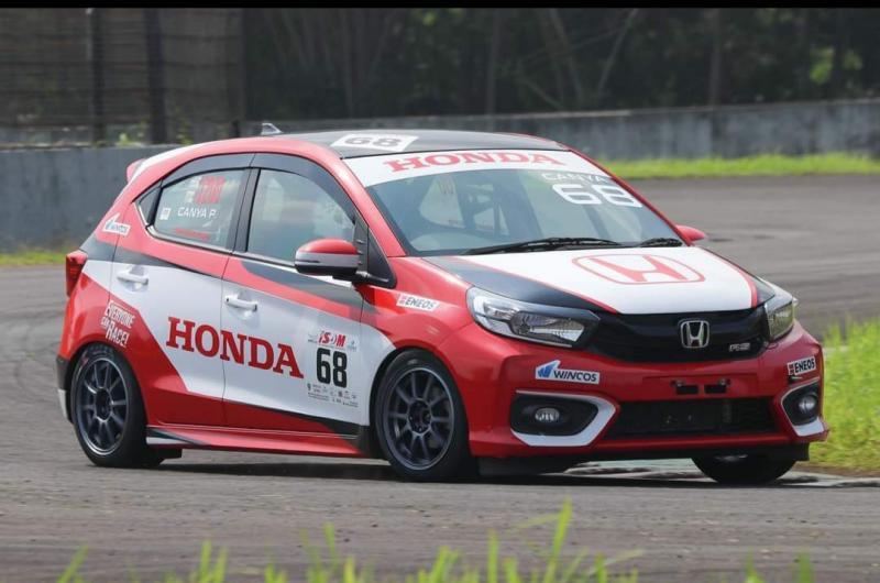 Debut menjanjikan Canya Prasetyo sebagai pembalap mobil di ajang ISSOM 2021, Sentul International Circuit Bogor. (foto2 :HRI)