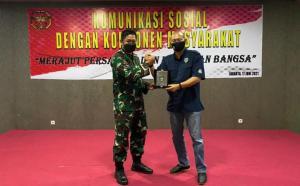 Ketua Umum IMI DKI Jakarta Anondo Eko menyerahkan cendera mata kepada Kolonel Inf Is Abul Rasi, S.E Asisten Teritorial Kopassus
