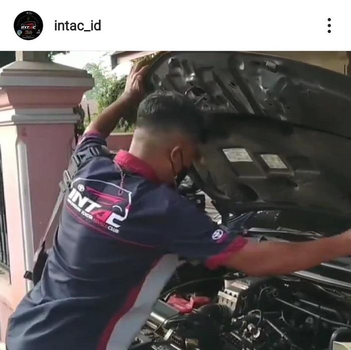 Salah satu tangkapan video instagram member INTAC yang menjalankan prokes saat memeriksa kesehatan mobil