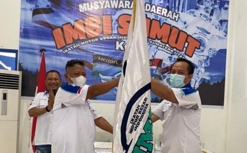 Pataka IMBI diserahkan Iskandar Hadipriatna kepada Chairil Fahmi sebagai Ketua Terpilih.