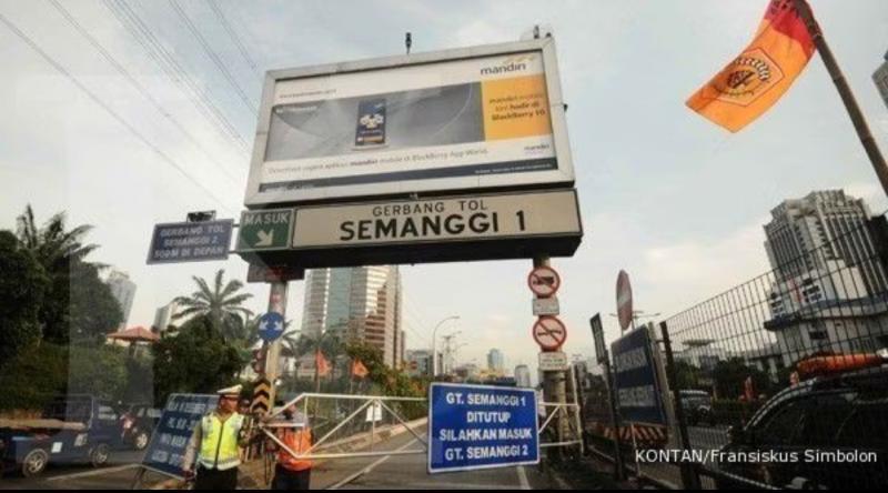 Penyekatan exit tol dalam kota mulai dilakukan Sabtu, 3 Juli 2021 menandai mulai diberlakukannya PPKM Darurat untuk menekan penyebaran Covid-19. (foto : kontan)