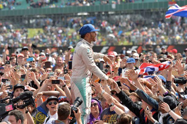 Euforia fans Inggris di Silverstone, masihkah kali ini buat Lewis Hamilton? (Foto: themirror)