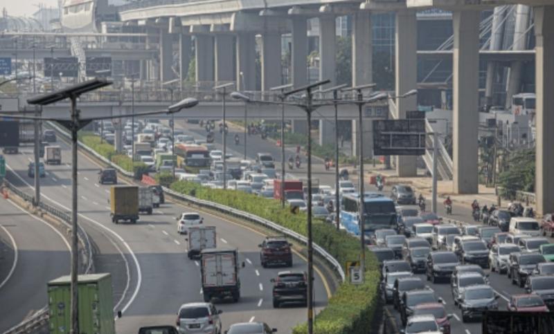 Kemacetan parah di tol dalam kota akibat penyekatan pemberlakukan PPKM Darurat. (foto : merdeka)