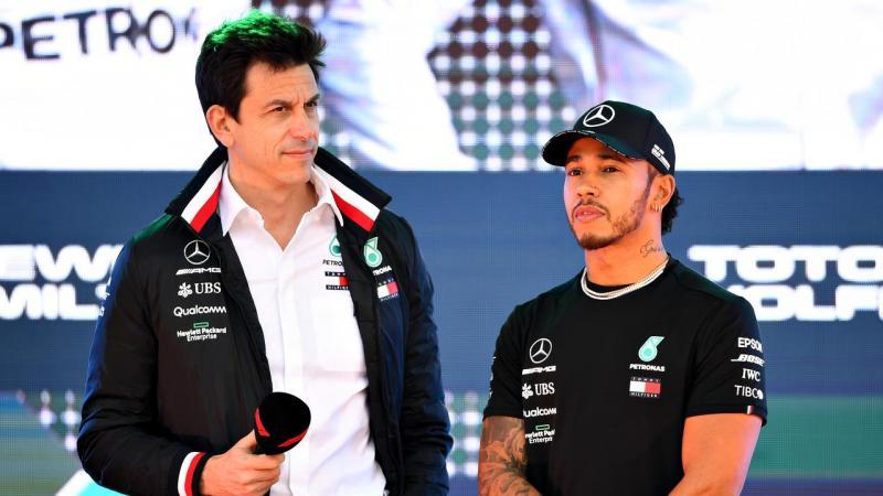Team Principal Mercedes Toto Wolff (kiri) dan Lewis Hamilton. (Foto: foxsport)