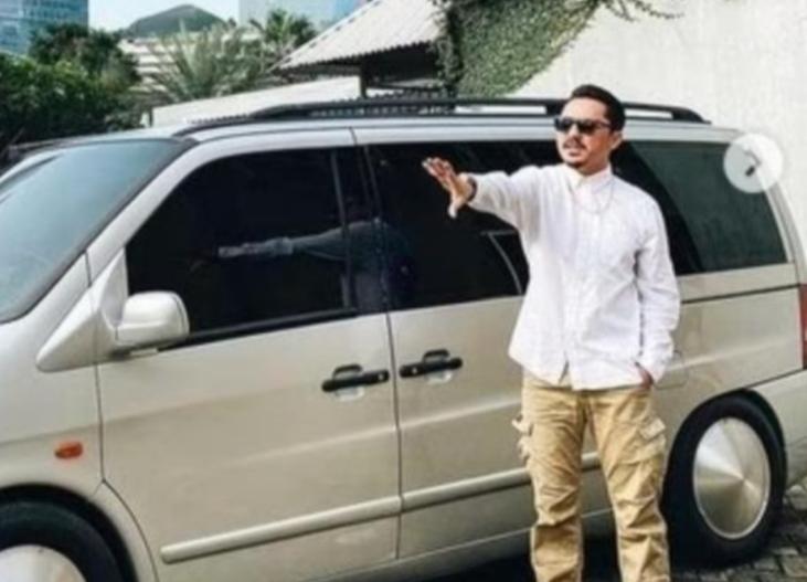 Selebriti Ananda Omesh dan Mercedes-Benz Vito miliknya yang dijadikan mobil ambulance darurat Covid-19. (foto : instagram)