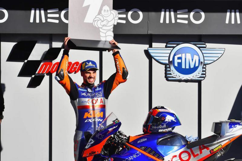 Miguel Oliveira saat memenangi GP Portugal 2020 bersama tim satelit KTM Tech3. (Foto: fim)
