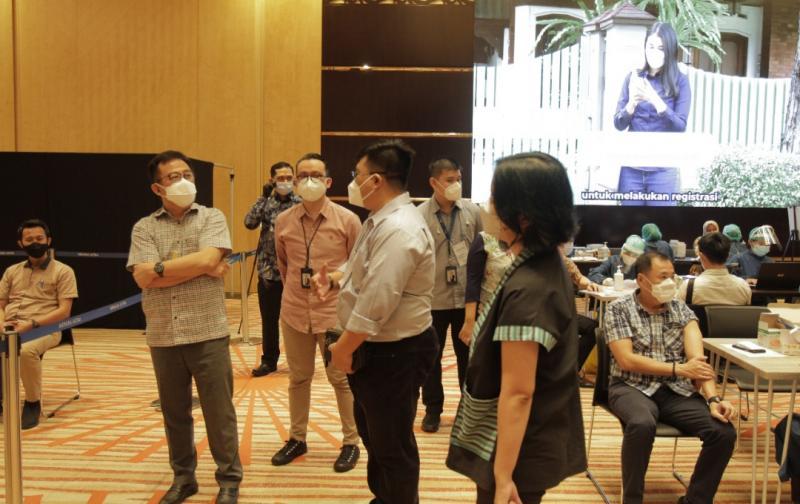 Presiden Direktur Astra Djony Bunarto Tjondro (kiri) meninjau proses Vaksinasi Gotong Royong di Menara Astra.