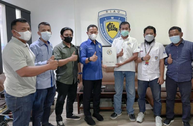 H Agung Nugroho SE (tengah) saat mengembalikan formulir pendaftaran caketum IMI Riau 2021-2025 didampingi pimpinan klub pendukungnya