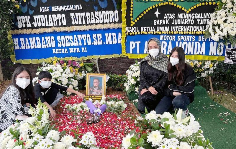 Mahrani istri dan ketiga anak di pusara mendiang Alfonsus Judiarto Tjitrasmoro, Sandiego Hills Memorial Park Karawang, Jawa Barat