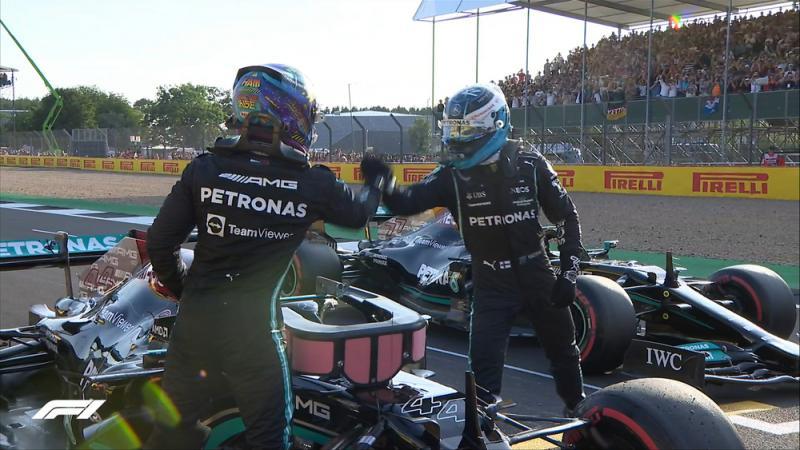 Duet Mercedes Lewis Hamilton dan Valtteri Bottas yang akan menjepit Max Verstappen di garis start sprint race hari ini. (Foto: f1)