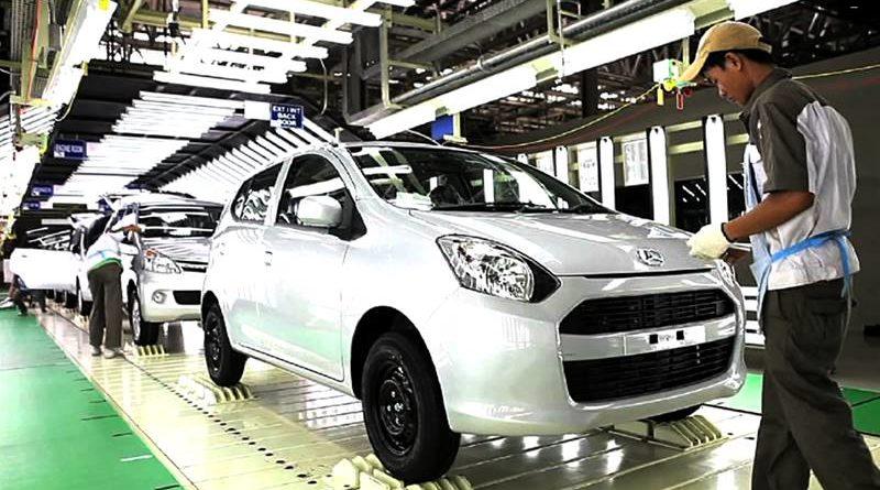 Teknisi Daihatsu sementara memeriksa mobil yang telah dirakit di salah satu pabrik ADM