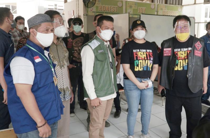 Ivan P. Sadik, COO Auto2000/Ketua IKA UNPAR (kanan) dan Dadang Supriatna Bupati Kab. Bandung (tengah) saat meninjau acara vaksinasi massal IKA UNPAR