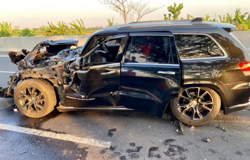 Mobil Jeep GC 3.6L (Summit 2014) yang dikendarai mantan CEO Garansindo Muhammad Al Abdullah ringsek parah alami kecelakaan di Tol Kanci. (foto : fb don memeto)