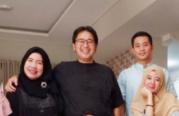 Hanami Micko Ditama (berkaos hitam dan berkacamata), berpulang tepat 20 hari setelah sang ayah Pak Memet Djumhana wafat. (foto : ig dimitri fitra ditama)