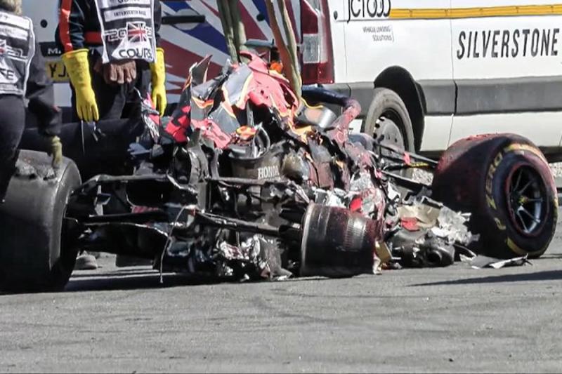 Disundul Lewis Hamilton, ini bangkai mobil Max Verstappen yang menyebabkannya ke rumah sakit. (Foto: pl;anetf1)