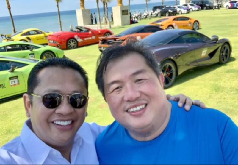 Foto kenangan Bamsoet bersama Henry Soetio dengan latar belakang mobil-mobil premium milik henry. (foto : koleksi bamsoet)