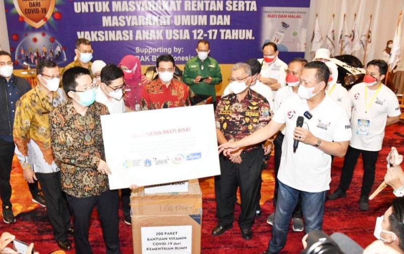 Bamsoet berikan 200 paket bantuan vitamin Covid-19 pada kegiatan vaksinasi untuk masyarakat umum di Golden Ballrom Hotel Sultan Senayan Jakarta hari ini