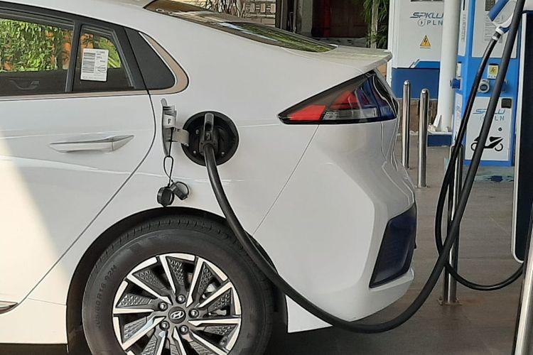 Sebuah mobil listrik melakukan pengecasan di SPKLU sebagai salah satu infrastruktur pendukung utama elektrifikasi