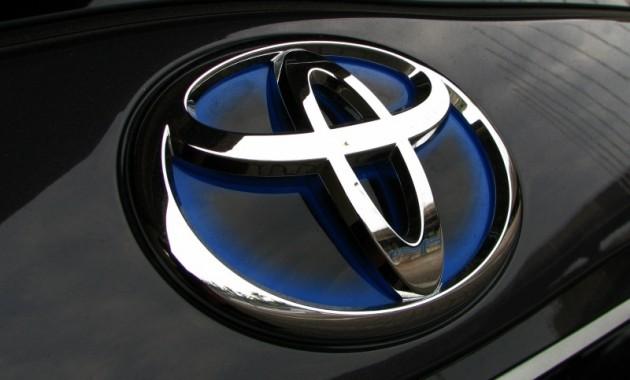 Logo Toyota dual tone silver-blue yang kerap melekat pada mobil canggih seperti model Hybrid
