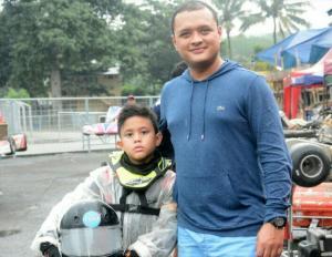 Zavier Sungkar bersama Rizal Sungkar saat mengikuti event Kejurnas Gokart Eshark Rok Cup