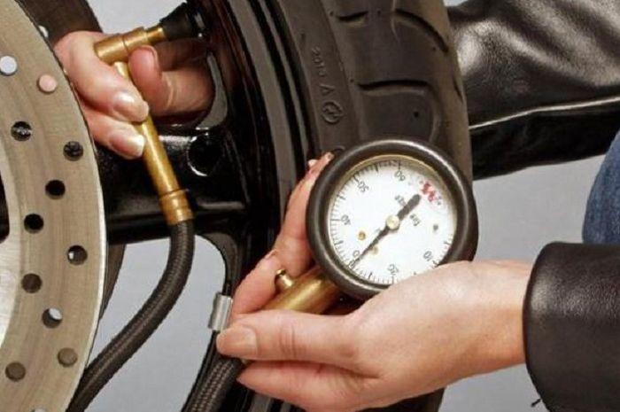 Isi angin ban sesuai dengan tekanan standar pabrikan agar ban bekerja optimal dan tak cepat rusak